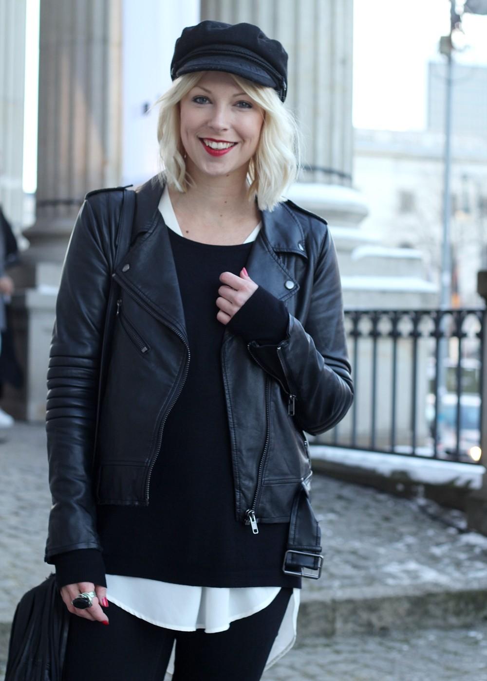 Outfit OOTD Berlin Fashion Week Flared Jeans Lederjacke Fransentasche Bakemütze 7