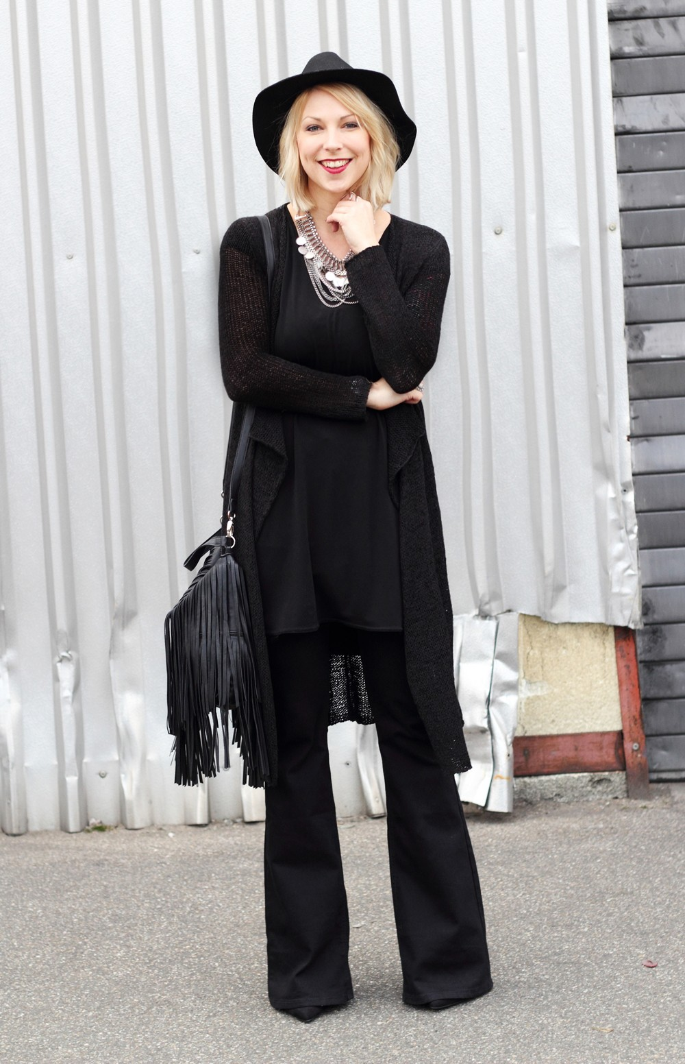 SchFashionblogger Karlsruhe Outfit all in black Flared Jeans Cardigan Hut Fransentasche Kleid 5