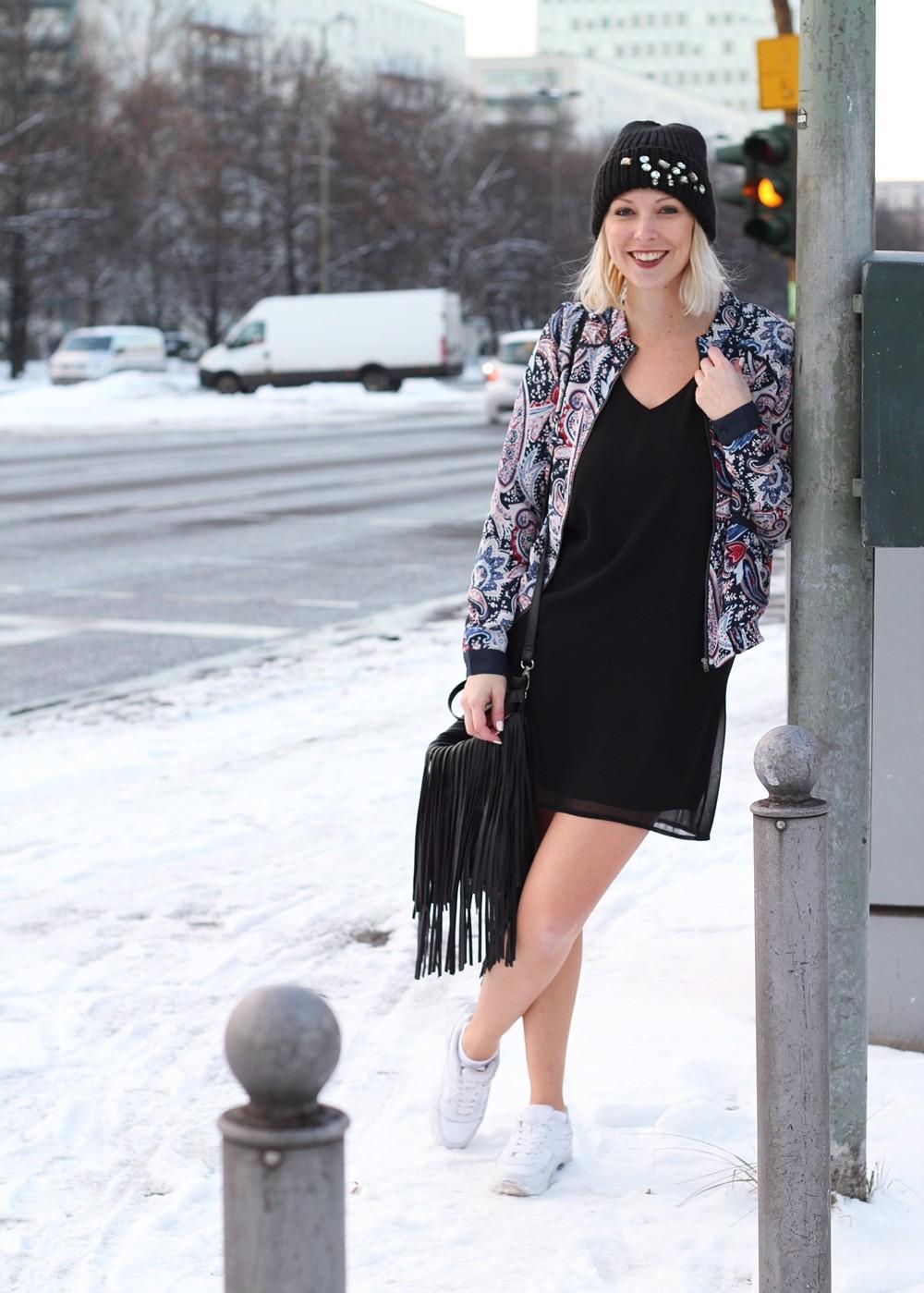 Streetstyle Berlin Outfit Fashionblogger Kleid Blousonjacke Fransentasche Beanie mit Glitzersteinen About You Sneaker Deichmann 1