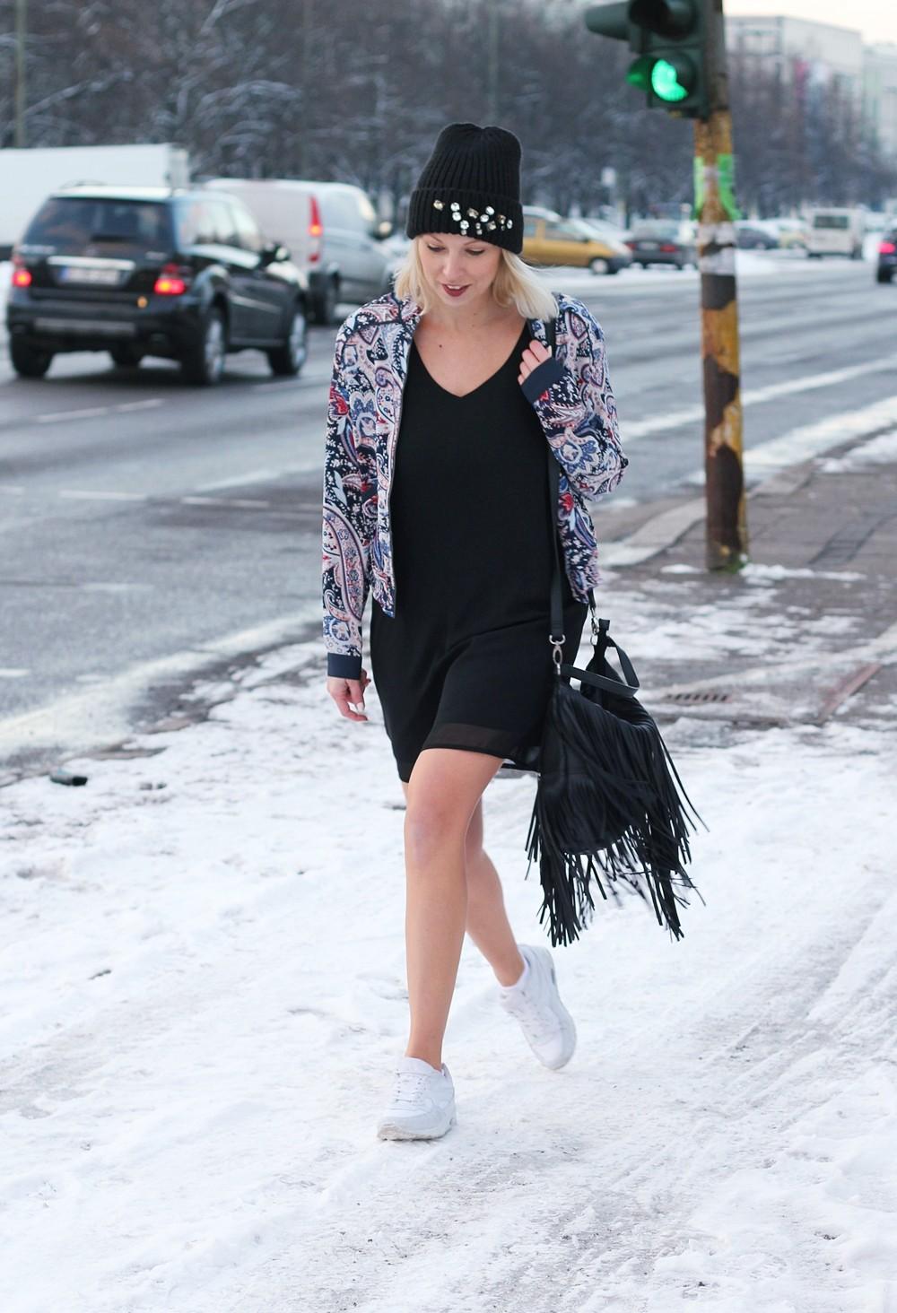 Streetstyle Berlin Outfit Fashionblogger Kleid Blousonjacke Fransentasche Beanie mit Glitzersteinen About You Sneaker Deichmann 3