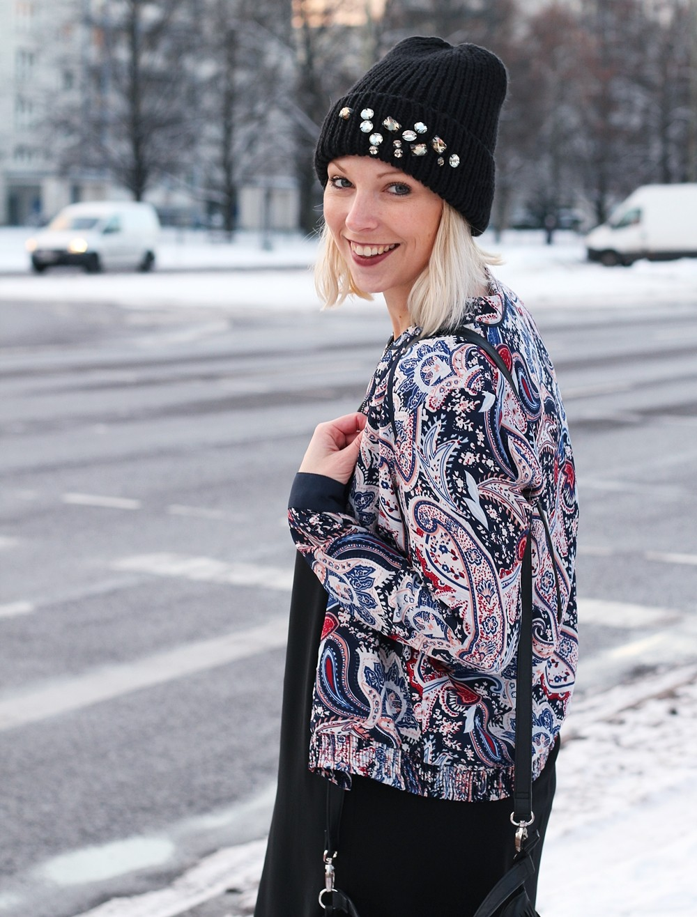 Streetstyle Berlin Outfit Fashionblogger Kleid Blousonjacke Fransentasche Beanie mit Glitzersteinen About You Sneaker Deichmann 4