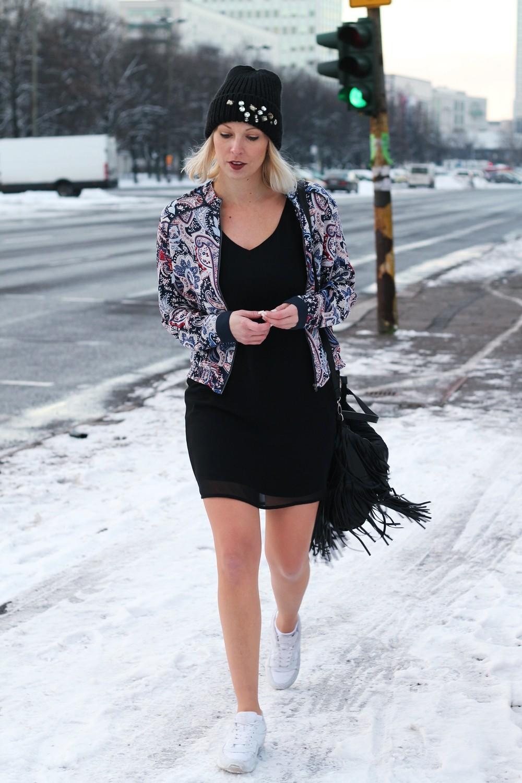 Streetstyle Berlin Outfit Fashionblogger Kleid Blousonjacke Fransentasche Beanie mit Glitzersteinen About You Sneaker Deichmann 5