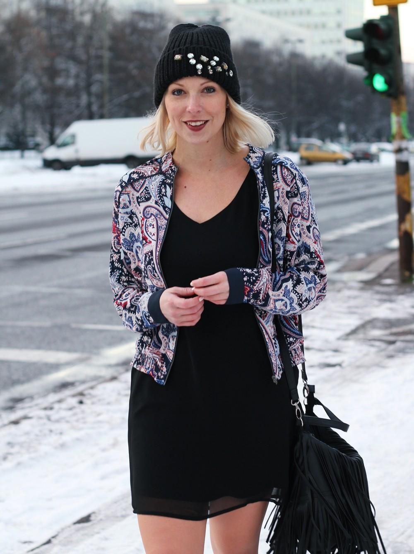 Streetstyle Berlin Outfit Fashionblogger Kleid Blousonjacke Fransentasche Beanie mit Glitzersteinen About You Sneaker Deichmann 6