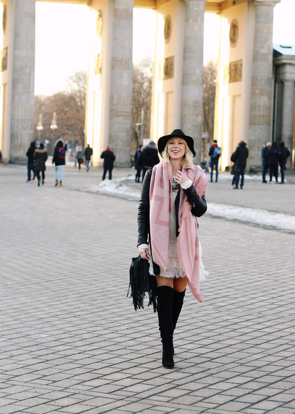 Fashion Week Berlin 2016 Outfit OOTD Fransen Strickkleid Lederjacke Overknees Schal Hut Fransentasche 1
