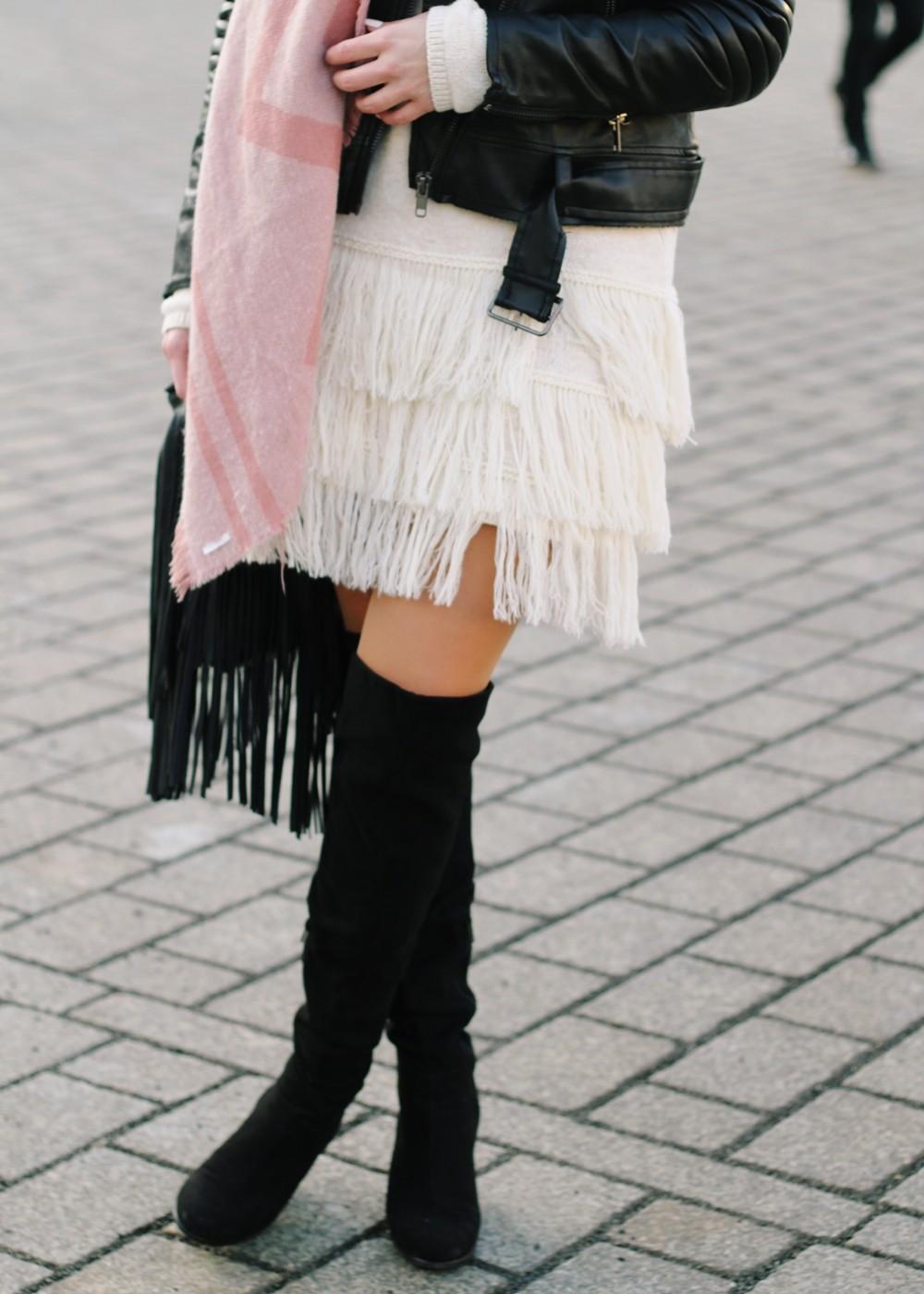 Fashion Week Berlin 2016 Outfit OOTD Fransen Strickkleid Lederjacke Overknees Schal Hut Fransentasche 11