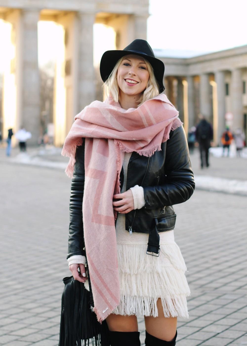 Fashion Week Berlin 2016 Outfit OOTD Fransen Strickkleid Lederjacke Overknees Schal Hut Fransentasche 17