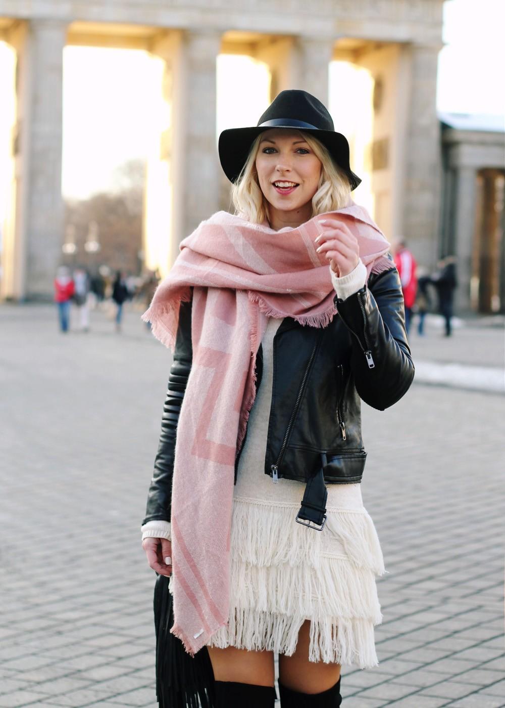 Fashion Week Berlin 2016 Outfit OOTD Fransen Strickkleid Lederjacke Overknees Schal Hut Fransentasche 18