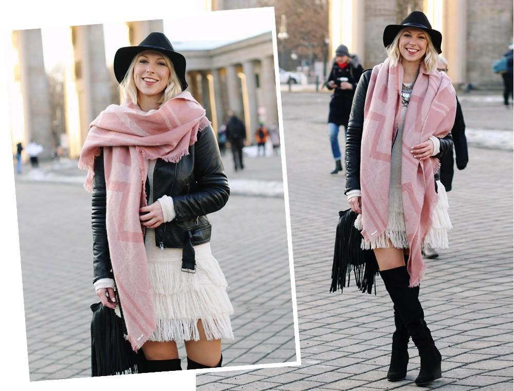 Fashion Week Berlin 2016 Outfit OOTD Fransen Strickkleid Lederjacke Overknees Schal Hut Fransentasche 2