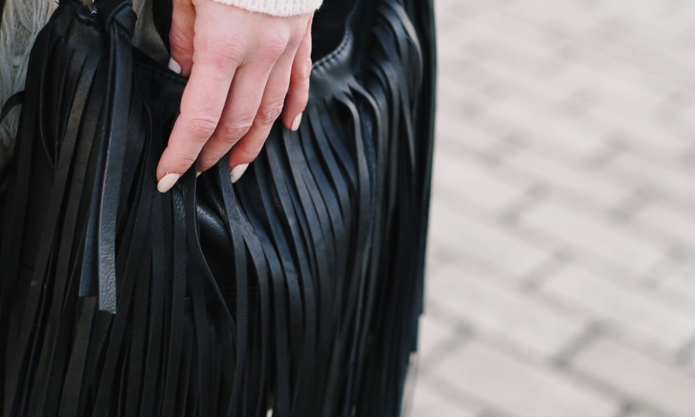 Fashion Week Berlin 2016 Outfit OOTD Fransen Strickkleid Lederjacke Overknees Schal Hut Fransentasche 22