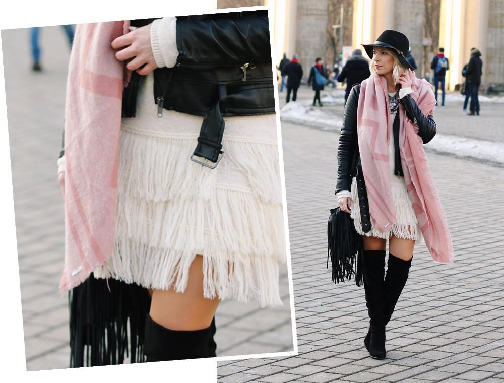 Fashion Week Berlin 2016 Outfit OOTD Fransen Strickkleid Lederjacke Overknees Schal Hut Fransentasche 24