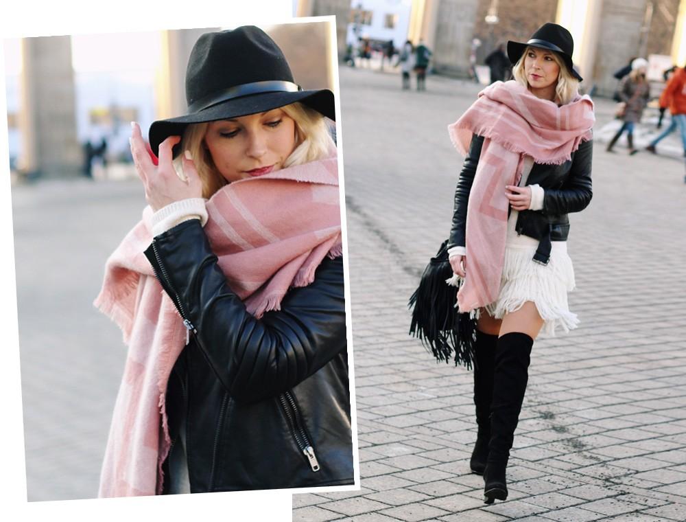 Fashion Week Berlin 2016 Outfit OOTD Fransen Strickkleid Lederjacke Overknees Schal Hut Fransentasche 25