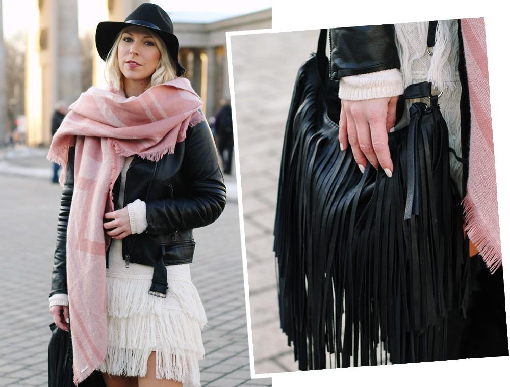 Fashion Week Berlin 2016 Outfit OOTD Fransen Strickkleid Lederjacke Overknees Schal Hut Fransentasche 26