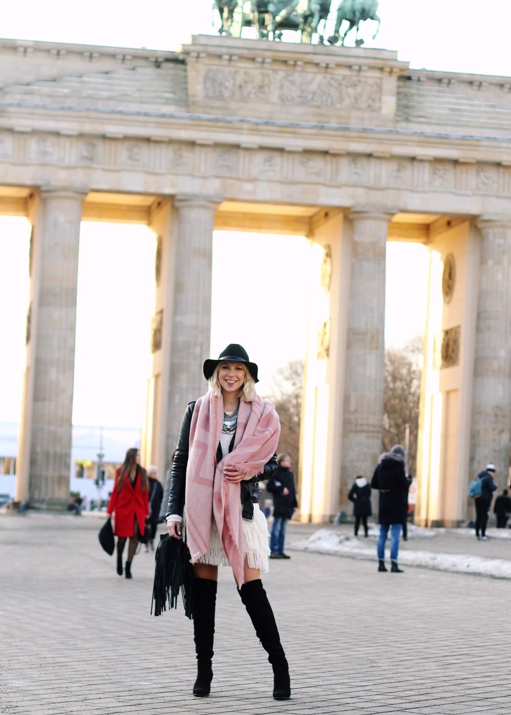 Fashion Week Berlin 2016 Outfit OOTD Fransen Strickkleid Lederjacke Overknees Schal Hut Fransentasche 4