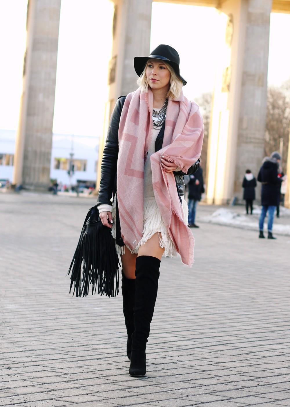 Fashion Week Berlin 2016 Outfit OOTD Fransen Strickkleid Lederjacke Overknees Schal Hut Fransentasche 5