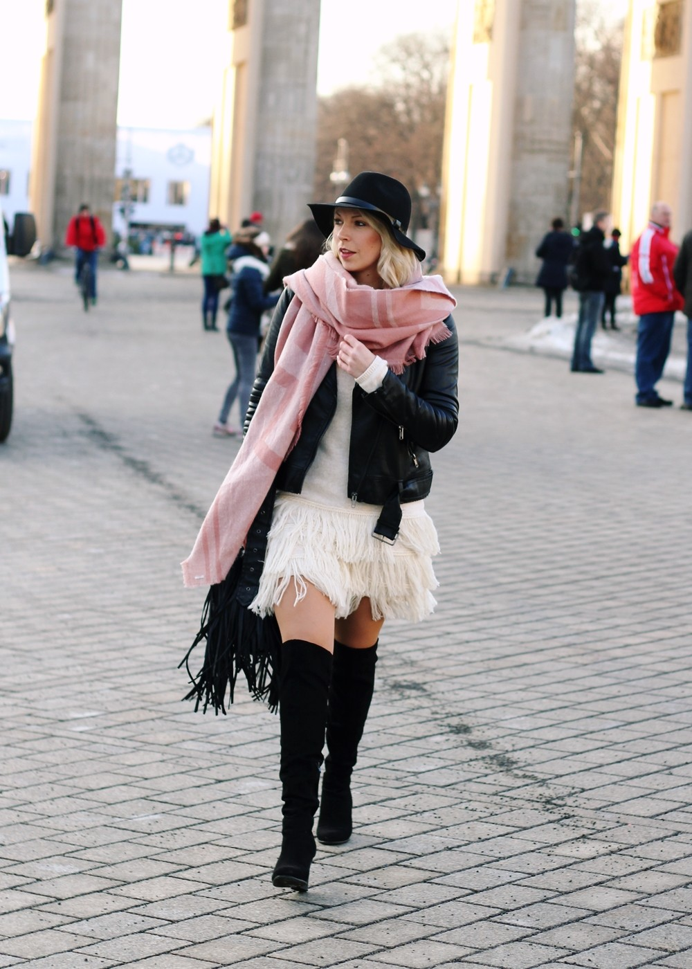 Fashion Week Berlin 2016 Outfit OOTD Fransen Strickkleid Lederjacke Overknees Schal Hut Fransentasche 8