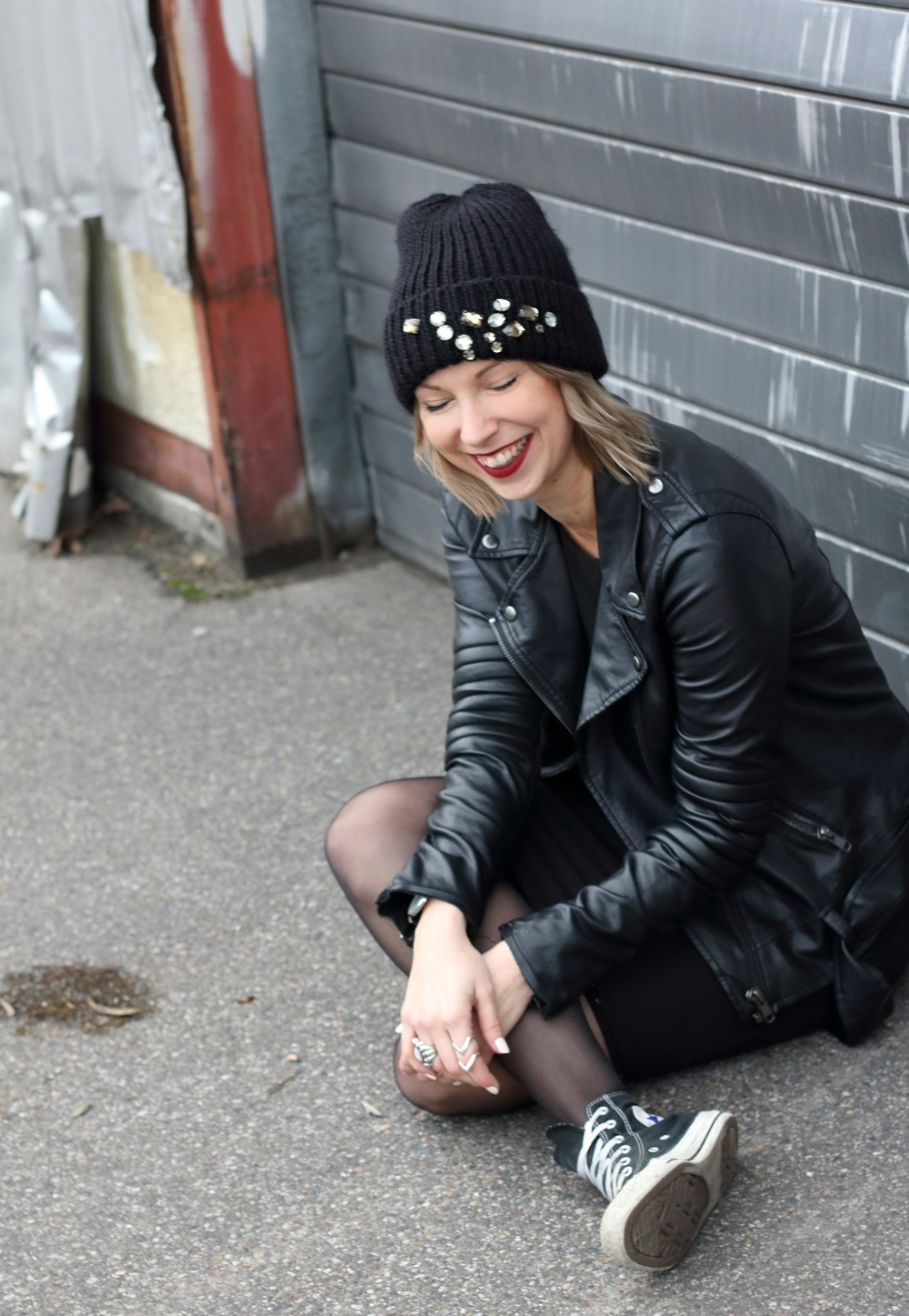 Outfit All in black Midikleid Lederjacke Chucks Beanie 18