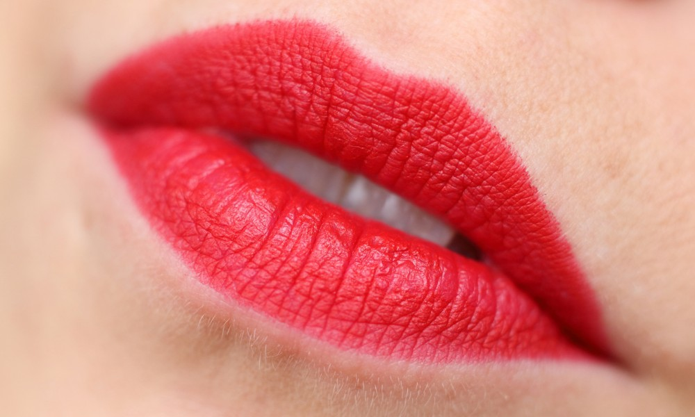Trend it up Ultra Matte Lipstick rot Swatch