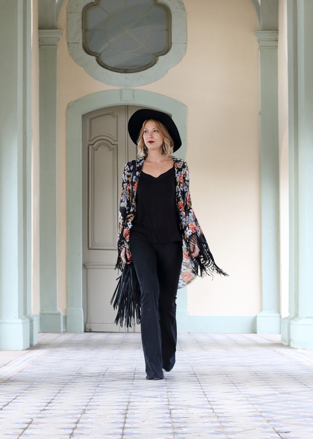 Outfit Kimono Flared Jeans Hut Stiefeletten Fransentasche Fashionbloggerin Karlsruhe (15)