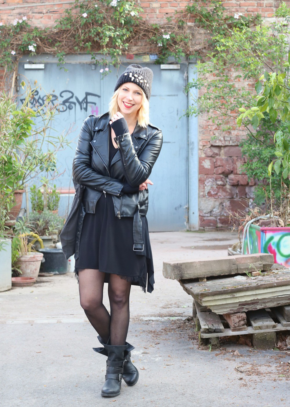 Fashionblogger Karlsruhe Outfit Kleid Lederjacke Bikerboots Beanie all in black (1)