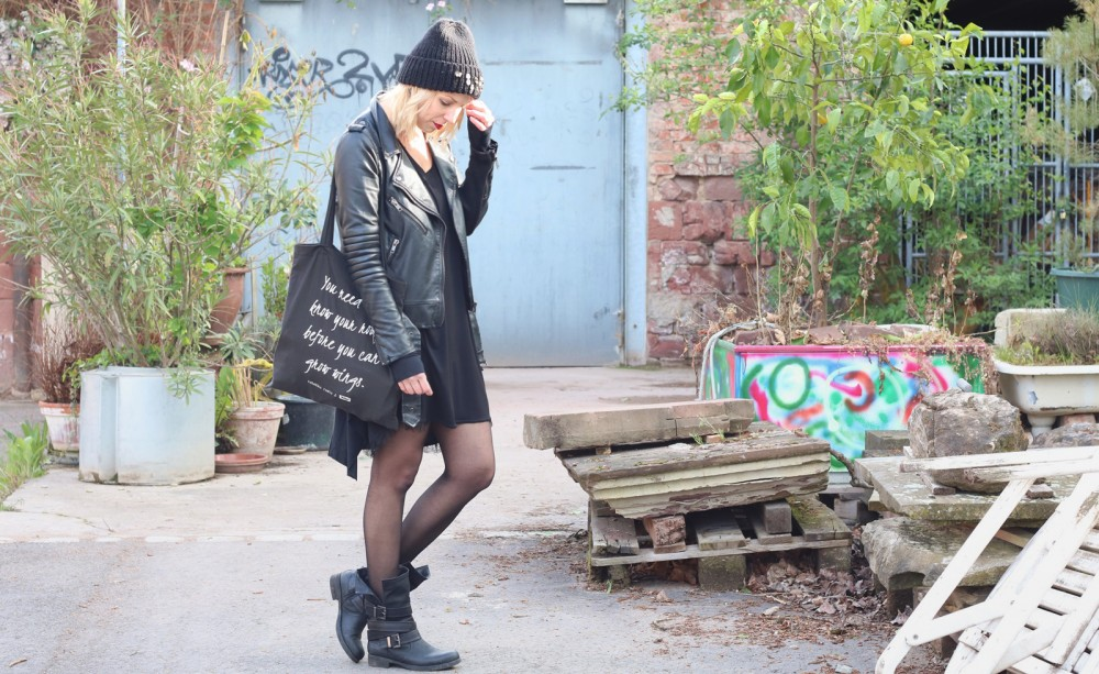 Fashionblogger Karlsruhe Outfit Kleid Lederjacke Bikerboots Beanie all in black (2)