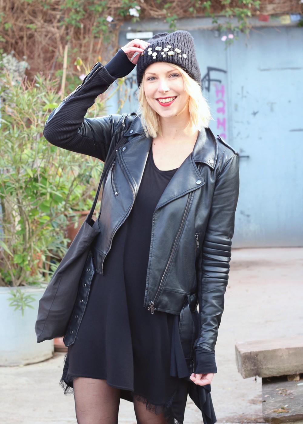 Fashionblogger Karlsruhe Outfit Kleid Lederjacke Bikerboots Beanie all in black (3)