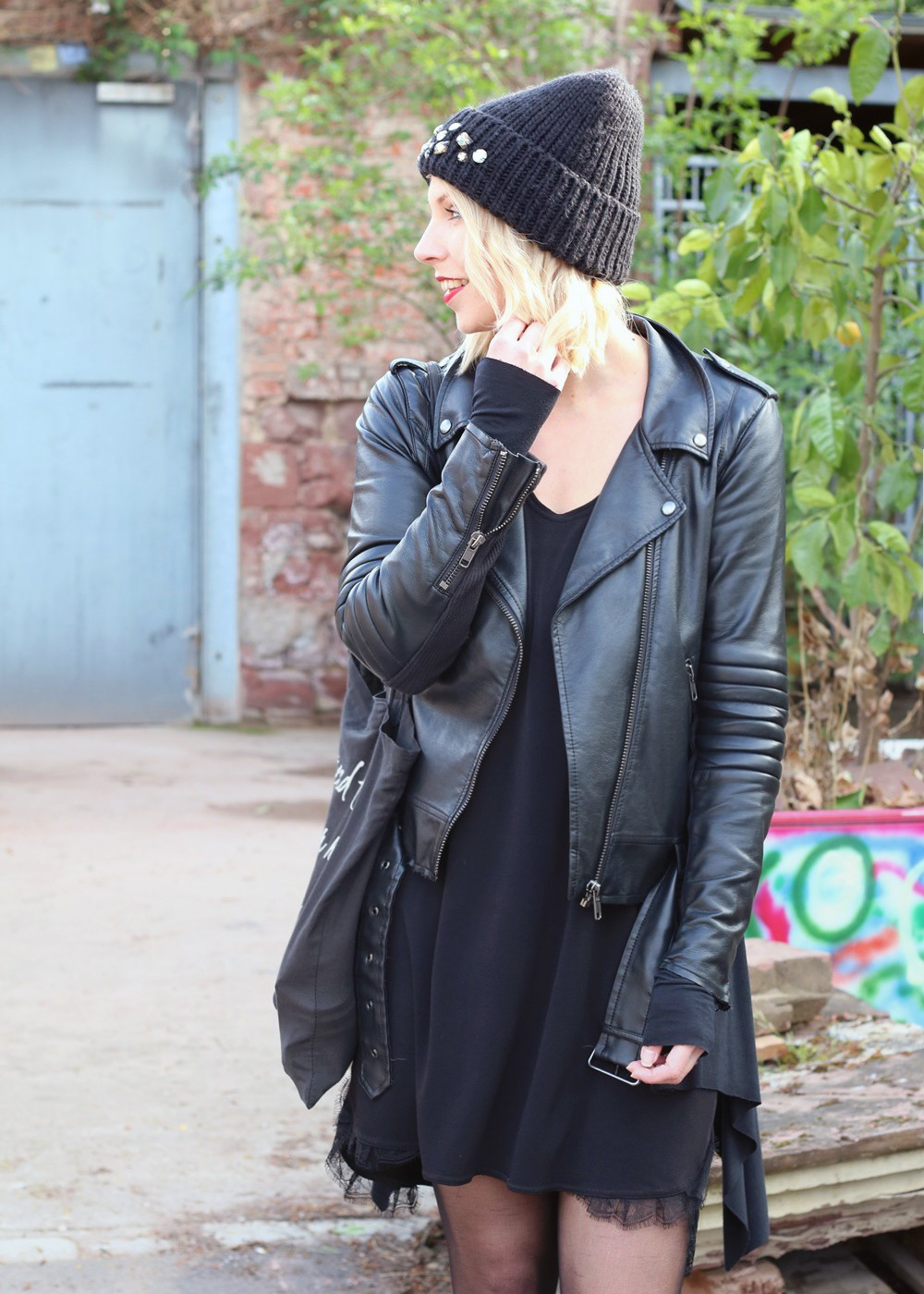 Fashionblogger Karlsruhe Outfit Kleid Lederjacke Bikerboots Beanie all in black (4)