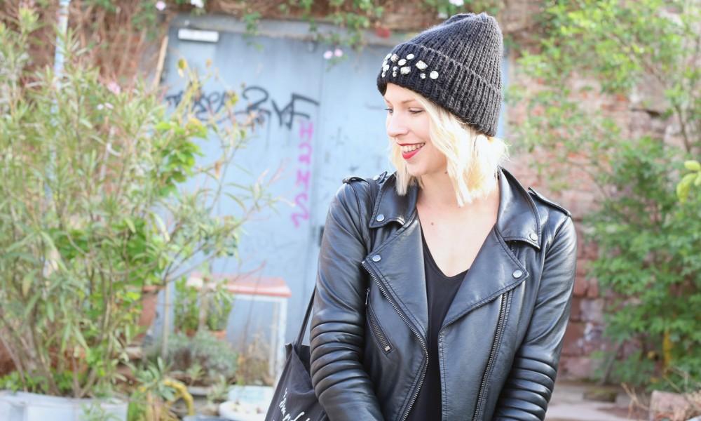 Fashionblogger Karlsruhe Outfit Kleid Lederjacke Bikerboots Beanie all in black (5)