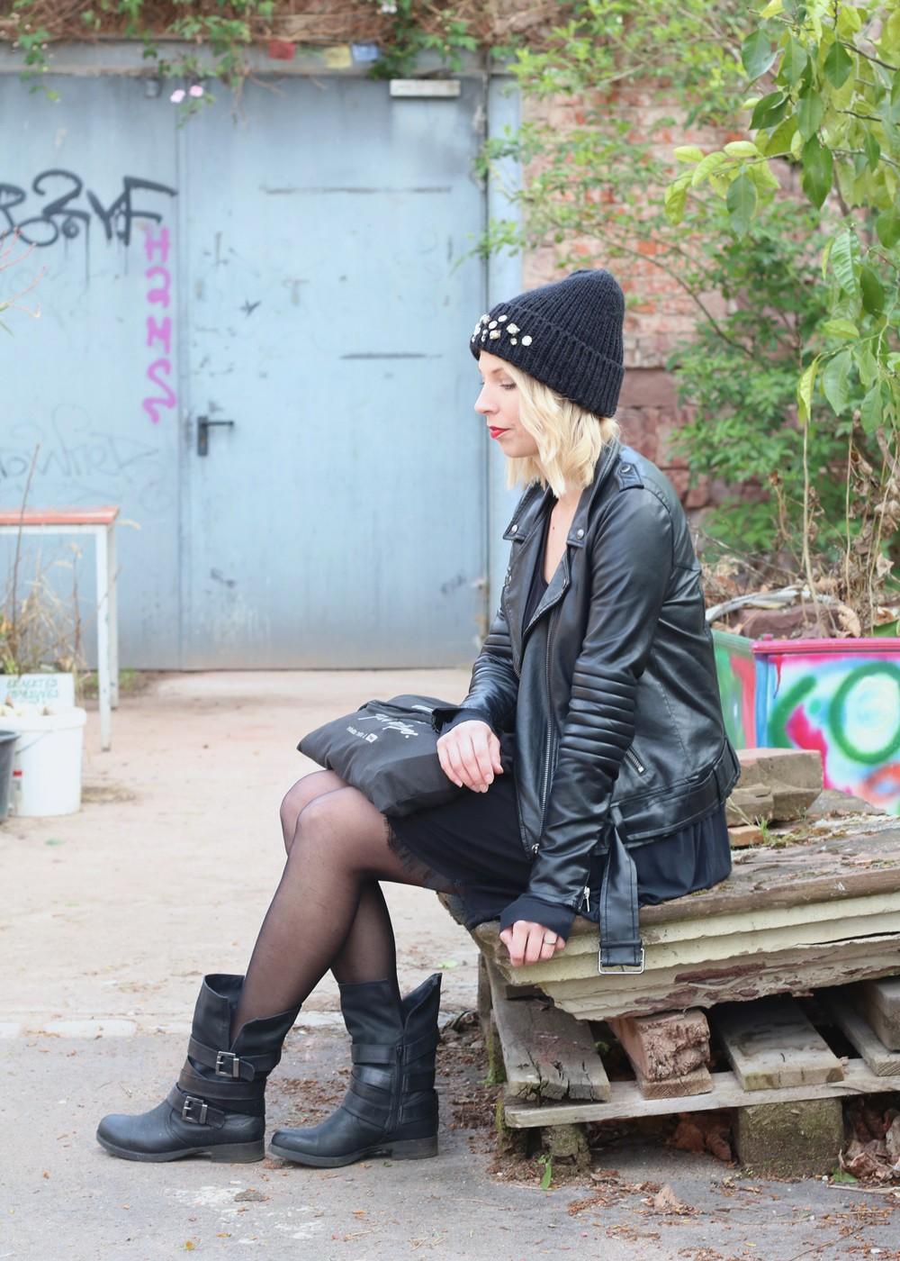 Fashionblogger Karlsruhe Outfit Kleid Lederjacke Bikerboots Beanie all in black (7)