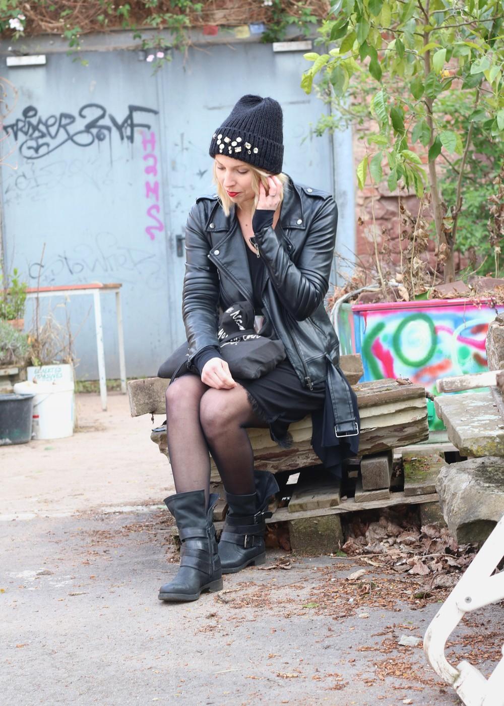 Fashionblogger Karlsruhe Outfit Kleid Lederjacke Bikerboots Beanie all in black (8)