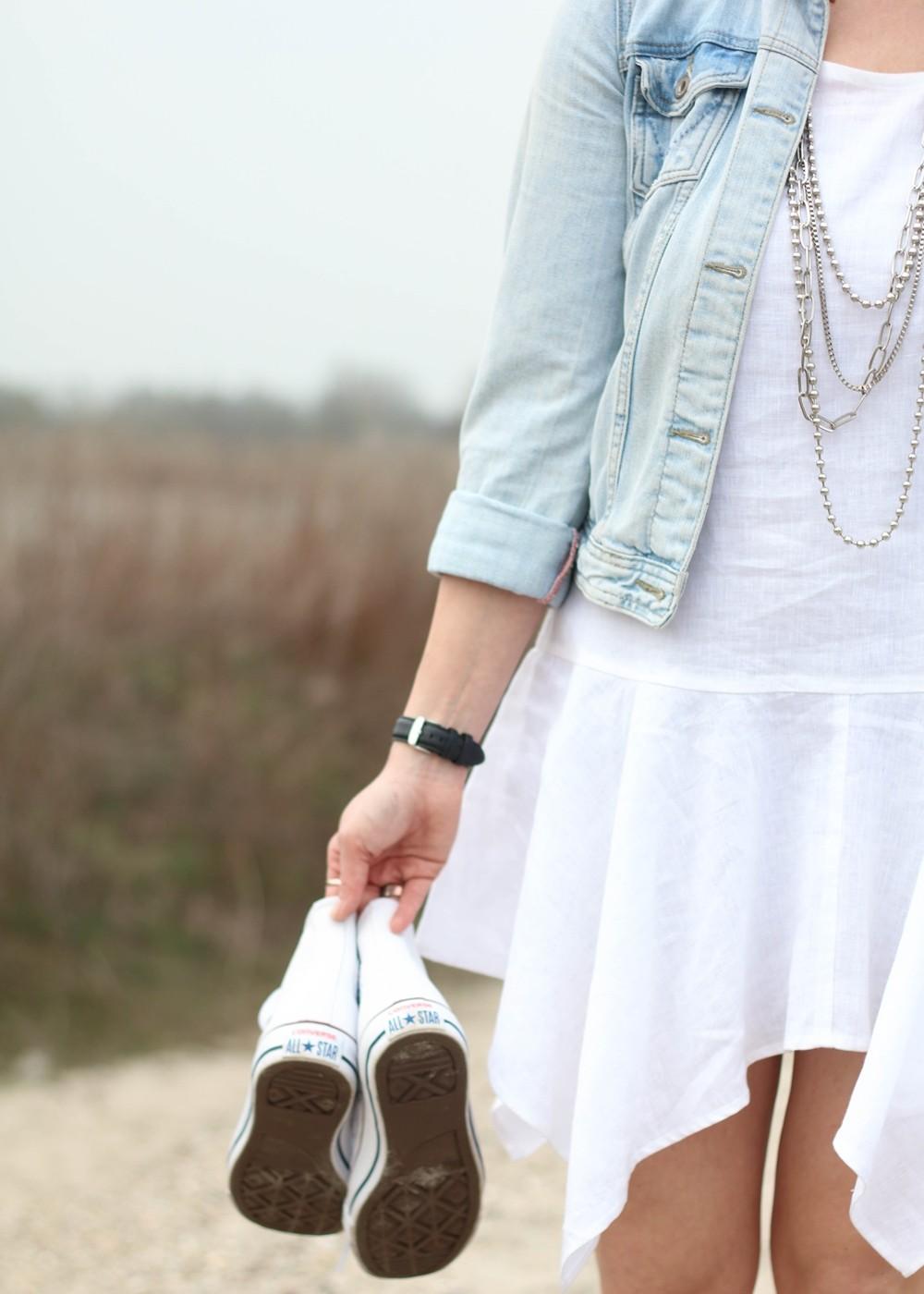 Fashionblogger Karlsruhe Outfit Strand weisses Kleid Jeansjacke Lederchucks (10)