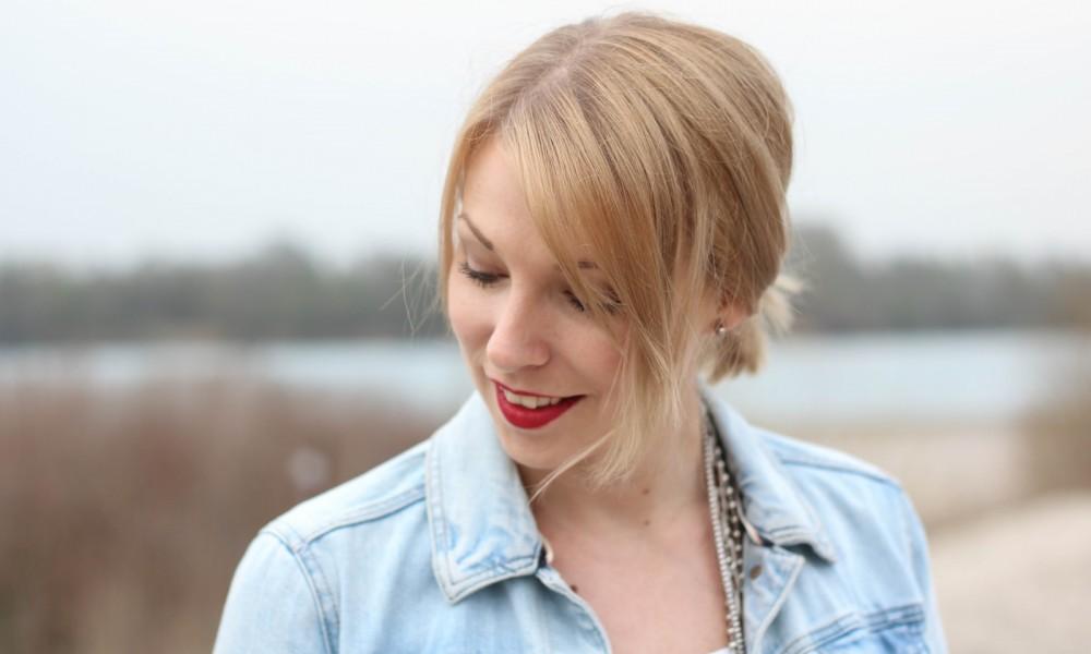 Fashionblogger Karlsruhe Outfit Strand weisses Kleid Jeansjacke Lederchucks (11)