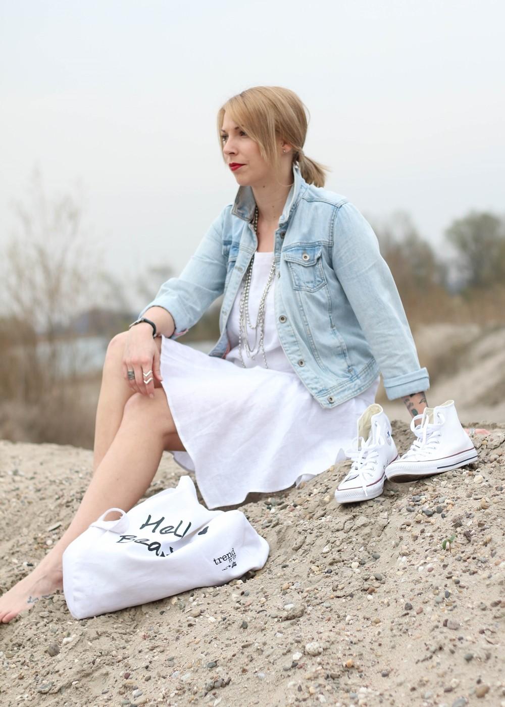 Fashionblogger Karlsruhe Outfit Strand weisses Kleid Jeansjacke Lederchucks (14)