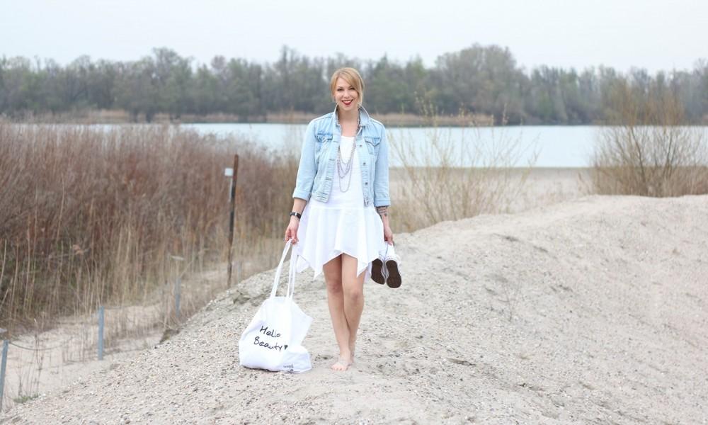Fashionblogger Karlsruhe Outfit Strand weisses Kleid Jeansjacke Lederchucks (3)