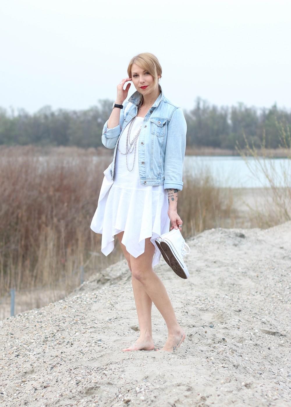 Fashionblogger Karlsruhe Outfit Strand weisses Kleid Jeansjacke Lederchucks (4)