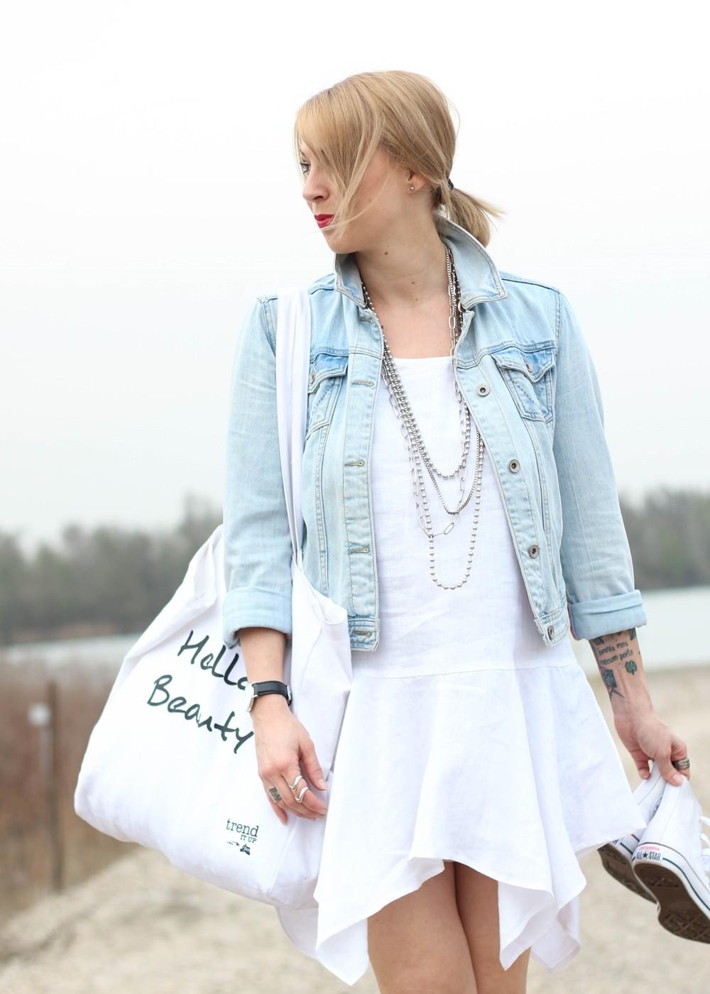 Fashionblogger Karlsruhe Outfit Strand weisses Kleid Jeansjacke Lederchucks (5)