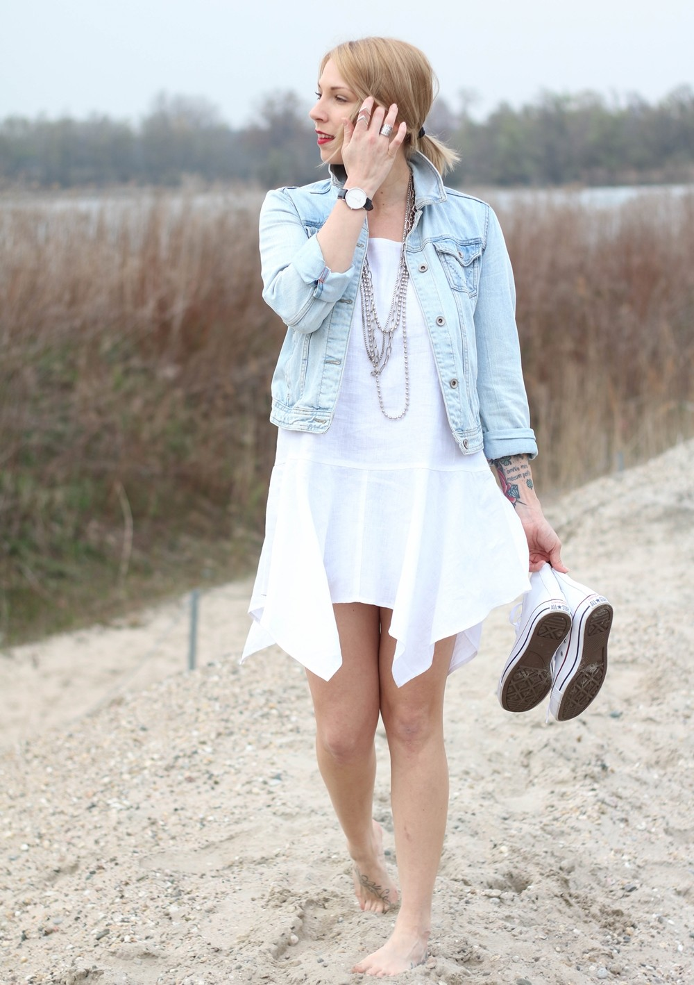 Fashionblogger Karlsruhe Outfit Strand weisses Kleid Jeansjacke Lederchucks (7)