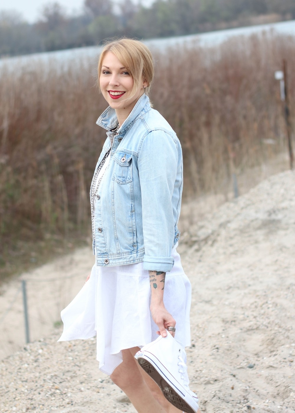 Fashionblogger Karlsruhe Outfit Strand weisses Kleid Jeansjacke Lederchucks (8)