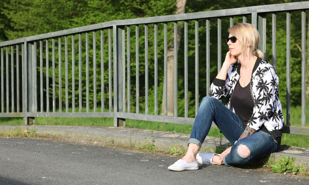 Fashionblogger Outfit Blousonjacke Palmen Jeans Sneaker Ray Ban New Wayfarer (11)