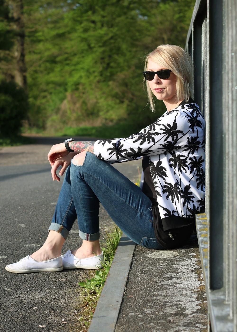 Fashionblogger Outfit Blousonjacke Palmen Jeans Sneaker Ray Ban New Wayfarer (12)