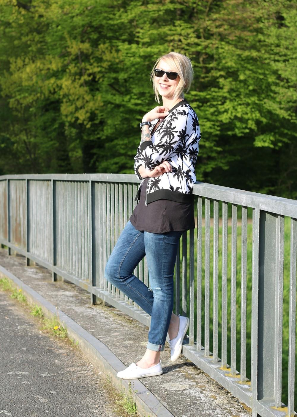Fashionblogger Outfit Blousonjacke Palmen Jeans Sneaker Ray Ban New Wayfarer (2)