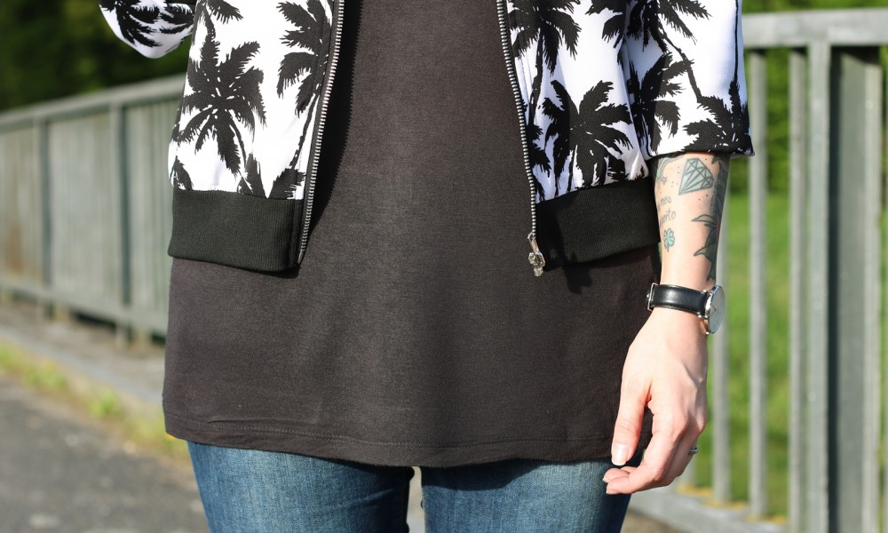 Fashionblogger Outfit Blousonjacke Palmen Jeans Sneaker Ray Ban New Wayfarer (9)