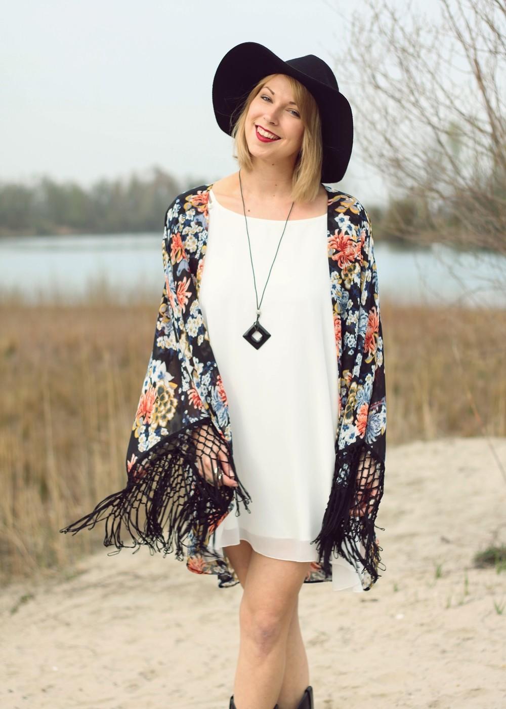 Fashionblogger Outfit Kimono weisses Kleid Cowboystiefel Schlapphut (10)