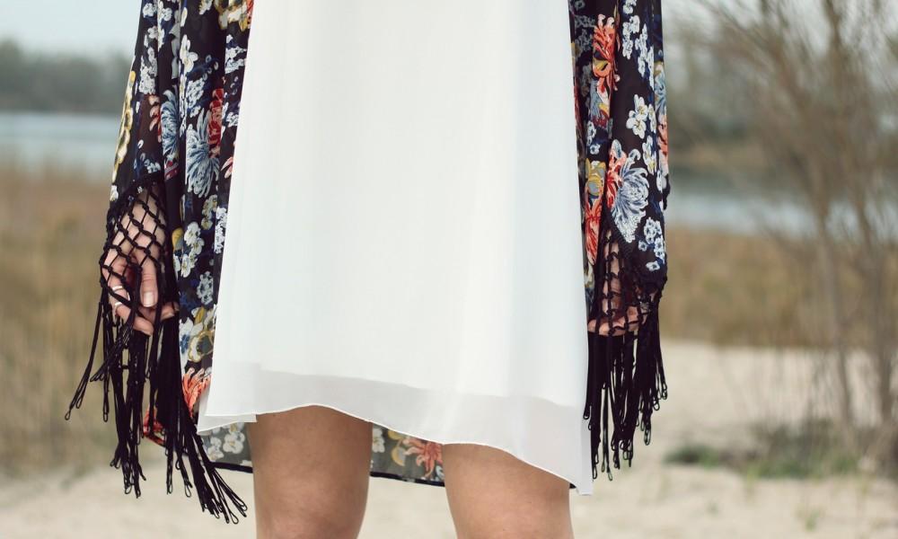 Fashionblogger Outfit Kimono weisses Kleid Cowboystiefel Schlapphut (12)