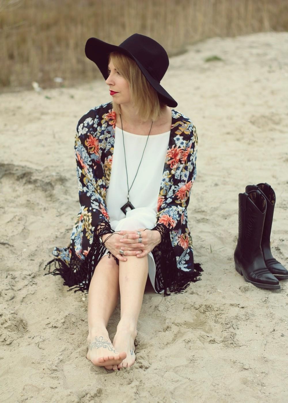 Fashionblogger Outfit Kimono weisses Kleid Cowboystiefel Schlapphut (13)