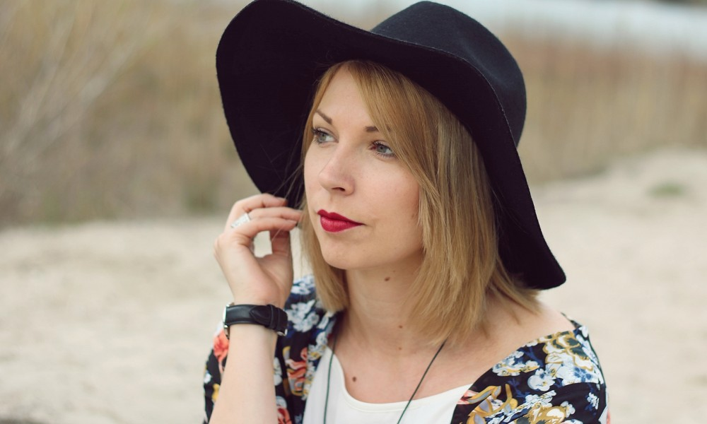 Fashionblogger Outfit Kimono weisses Kleid Cowboystiefel Schlapphut (14)