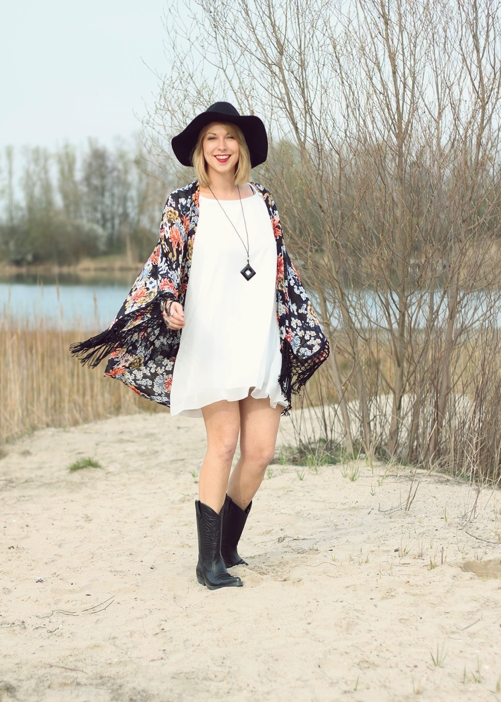 Fashionblogger Outfit Kimono weisses Kleid Cowboystiefel Schlapphut (5)