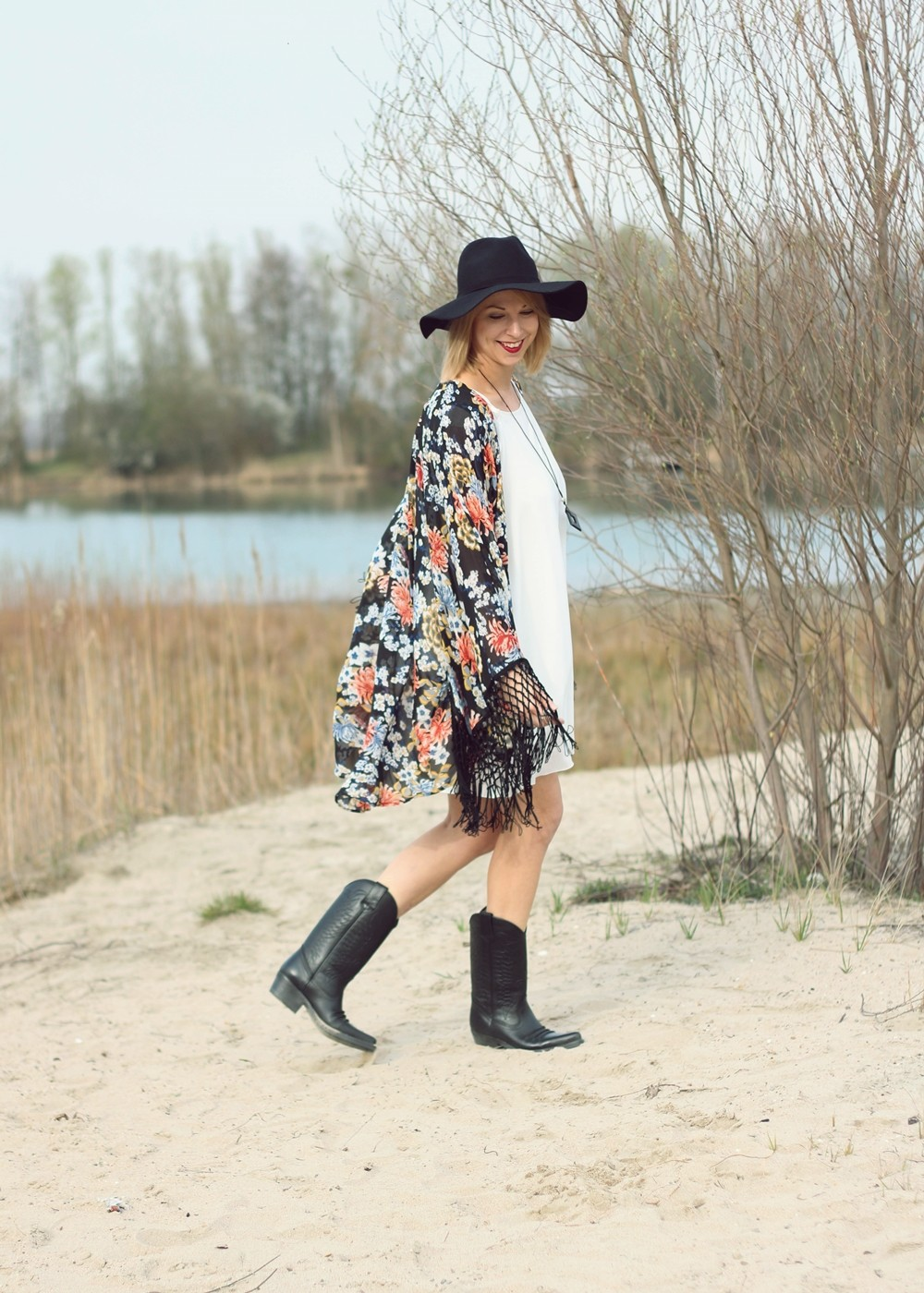 Fashionblogger Outfit Kimono weisses Kleid Cowboystiefel Schlapphut (6)