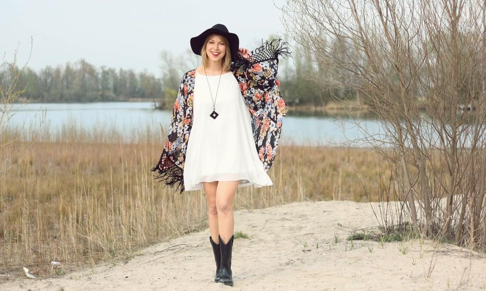 Fashionblogger Outfit Kimono weisses Kleid Cowboystiefel Schlapphut (7)