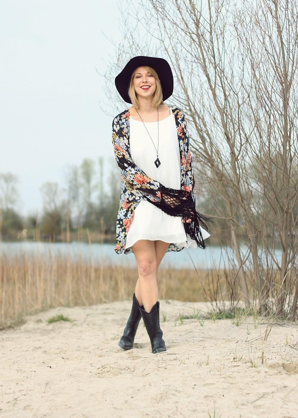 Fashionblogger Outfit Kimono weisses Kleid Cowboystiefel Schlapphut (8)