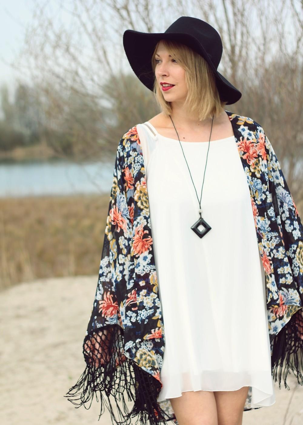 Fashionblogger Outfit Kimono weisses Kleid Cowboystiefel Schlapphut (9)